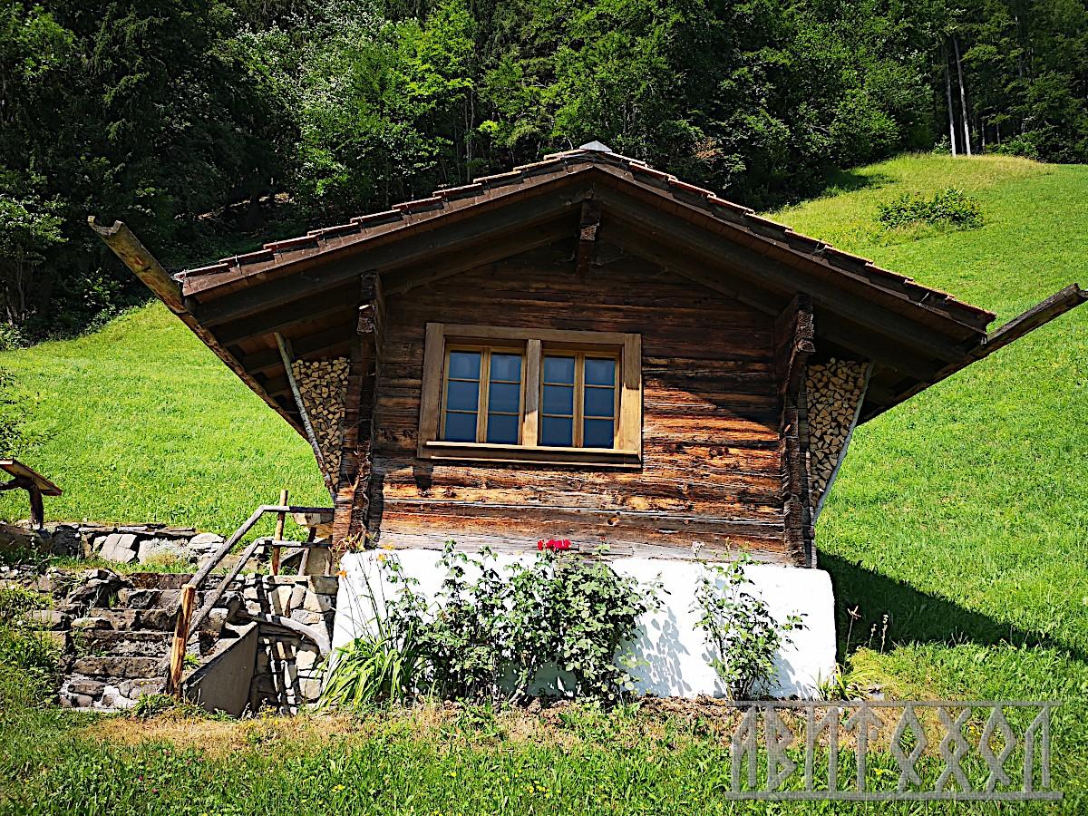 Малка и стара къща заслон с дървени улуци
