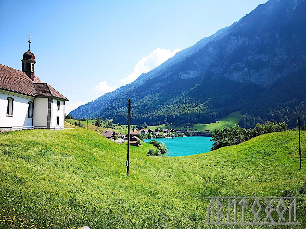 Изглед към езерото със селската църква на Bürgeln